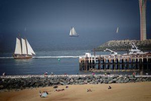 Пляж, маяк, парусники