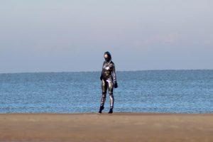 Блестящая женщина и море